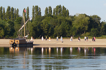 Yoga du rire sur une île de Loire et rallye troglo-vignes